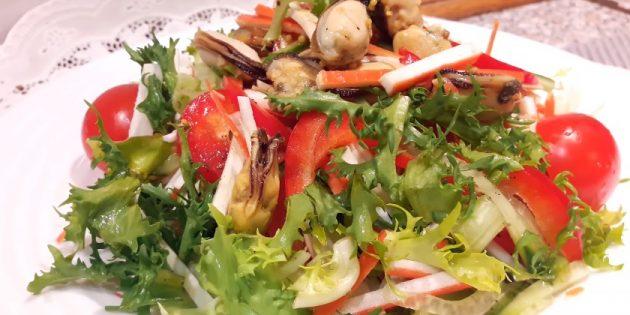 Салат с крабовыми палочками, мидиями, капустой, перцем и соевой заправкой: простой рецепт