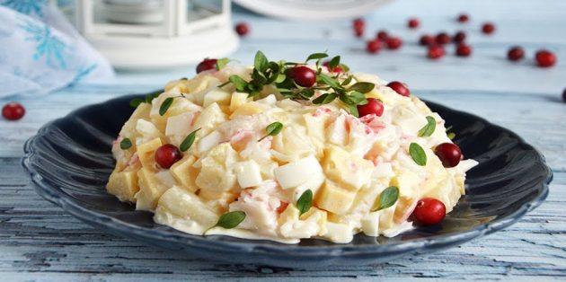Салат с крабовыми палочками, ананасами, сыром и яйцами