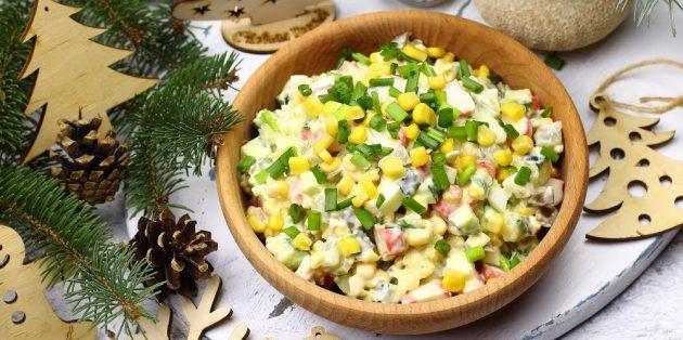 Салат с крабовыми палочками, маринованными и свежими огурцами, кукурузой и яйцами