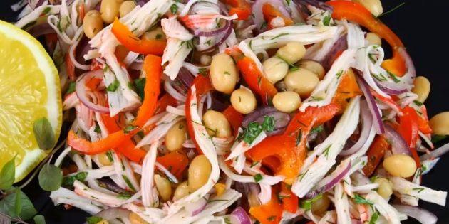 Салат с крабовыми палочками, фасолью и перцем