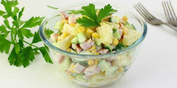 Рецепты: Салат с ананасом, копчёной курицей, кукурузой и огурцом