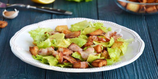 Салат с сухариками, беконом и авокадо