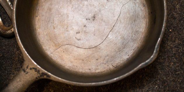 Чугунная посуда: Старый чугун с трещиной