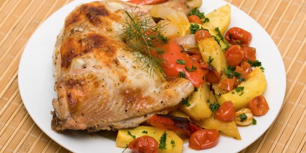 Куриные бёдрышки с картошкой и помидорами