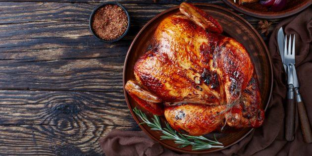 Целая курица по-индийски с румяной йогуртовой корочкой в духовке