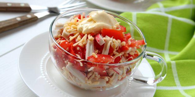 Салат с крабовыми палочками, помидорами, сыром и перцем