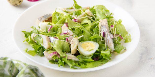 Салат без майонеза с селёдкой, яйцами и луком: простой рецепт