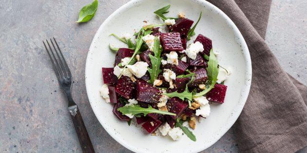 простой рецепт салата без майонеза с руколой, свёклой, козьим сыром и орехами