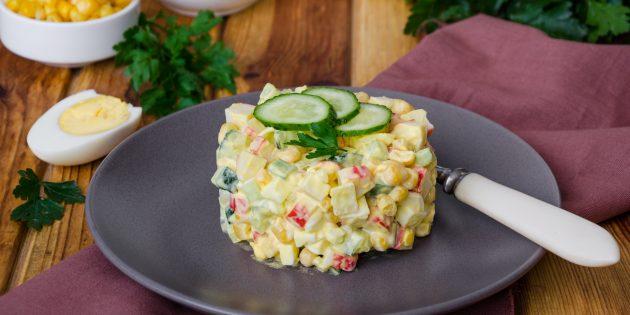 Салат с крабовыми палочками, маринованными и свежими огурцами, кукурузой и яйцами: простой рецепт