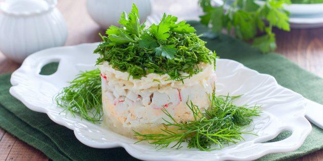 Простой рецепт салата с крабовыми палочками, ананасами, сыром и яйцами