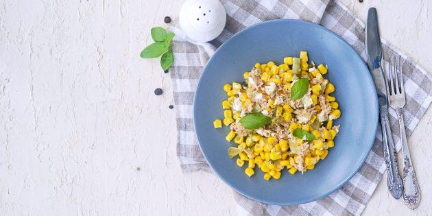 Рецепт салата с сухариками, горбушей, кукурузой и огурцом