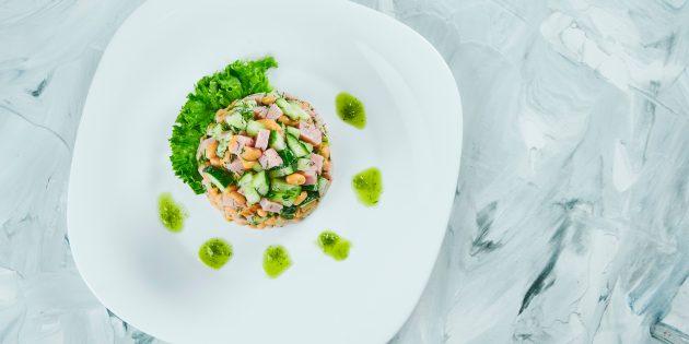 Салат с фасолью, ветчиной, огурцом и яйцами