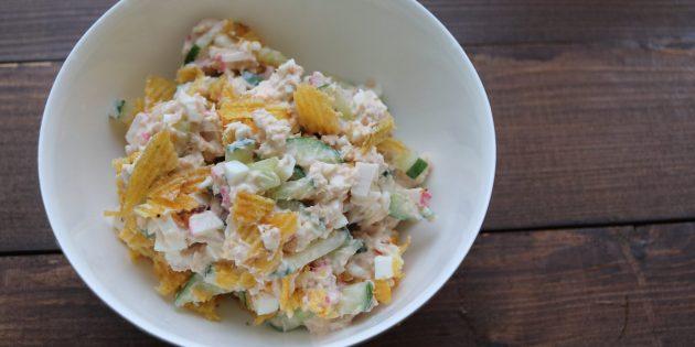 Рецепт салата с чипсами, огурцами и рыбой