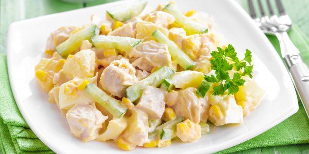 Салат с ананасом, копчёной курицей, кукурузой и огурцом: простой рецепт