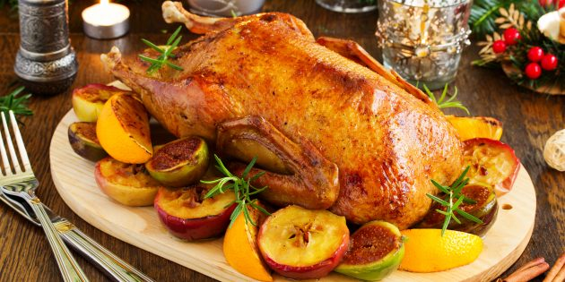 Как запечь утку с яблоками в духовке: простой рецепт