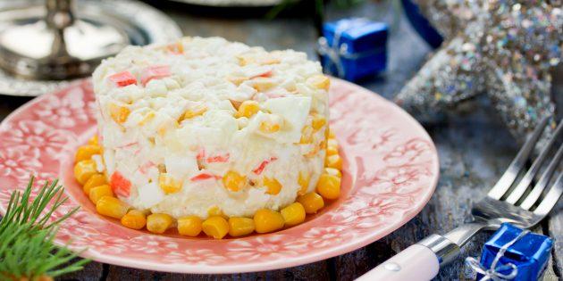 Салат с крабовыми палочками, рисом, кукурузой, яйцами и сыром