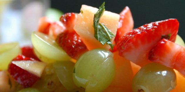 Фруктовый салат из дыни с клубникой и вишней