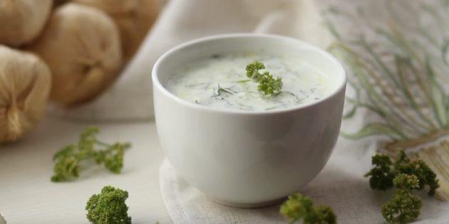 Сметанный соус с маринованным огурцом и соевым соусом