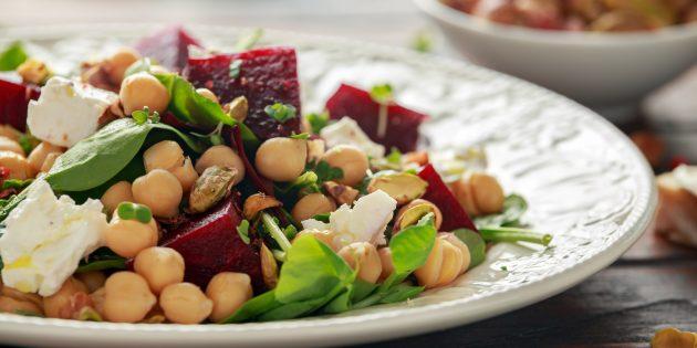 Салат с запечённой свёклой, нутом и маринованными огурцами