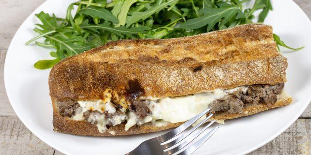 Ужин на скорую руку: сэндвич с сыром и фаршем