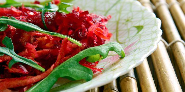 Пряный салат со свежей свёклой, морковью, изюмом и медовой заправкой