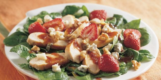 Салат со шпинатом, куриными грудками и клубникой