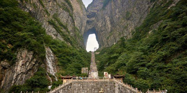 Территория Азии не зря привлекает туристов: «Небесные врата» на горе Тяньмэнь вНациональном парке Чжанцзяцзе, Китай