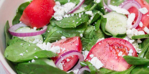 Салат со шпинатом и овощами