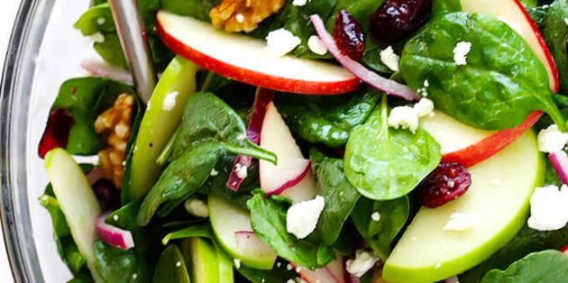 Салат со шпинатом, яблоками и клюквой