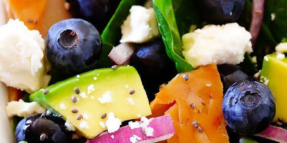 Салат со шпинатом, лососем и манго