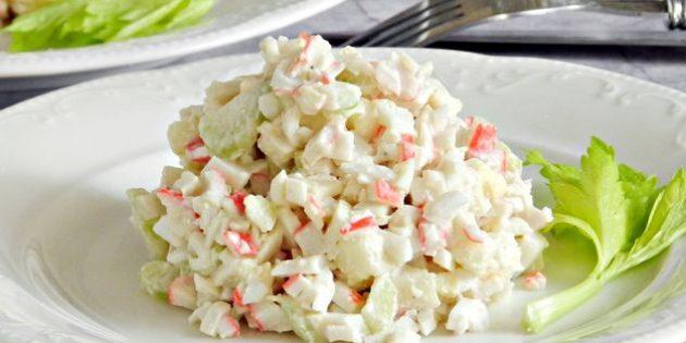 Салат с сельдереем, крабовыми палочками, яблоком и яйцами