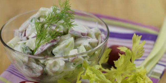 Салат с сельдереем, редиской и огурцами