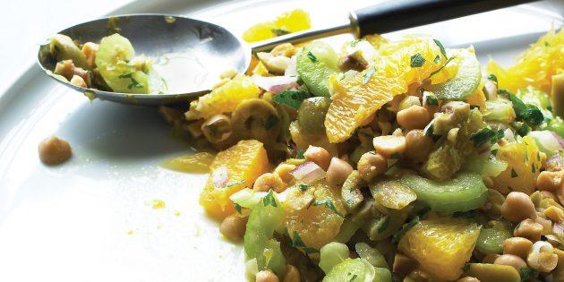 Салат с сельдереем, нутом, апельсином и оливками