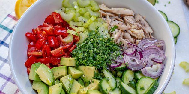 Салат с сельдереем, курицей, авокадо, помидорами и огурцом