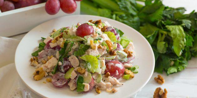 Салат с сельдереем, курицей, виноградом и грецкими орехами