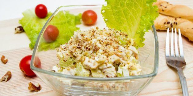 Салат с сельдереем, курицей, яблоком, яйцами и грецкими орехами