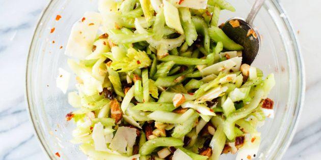 Салат с сельдереем, финиками, миндалём и пармезаном