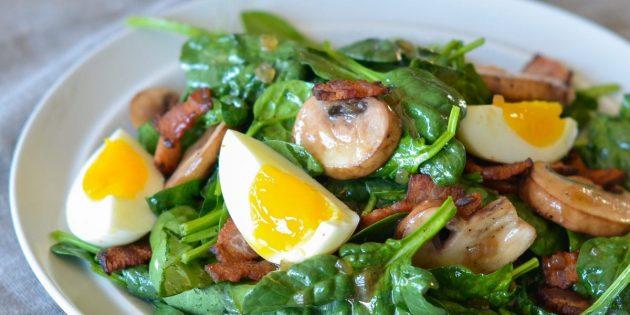 Салат со шпинатом, беконом и яйцом