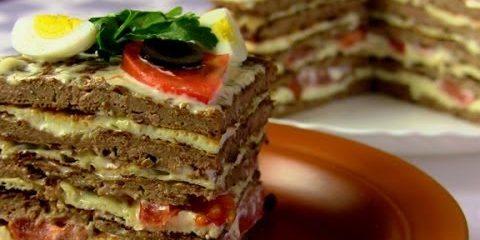Печёночный торт с омлетом и помидорами