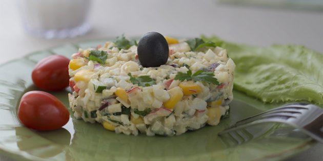 Салат из риса и рыбы с огурцом