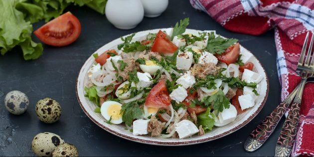 простой рецепт салата с тунцом, помидором, перепелиными яйцами и фетой