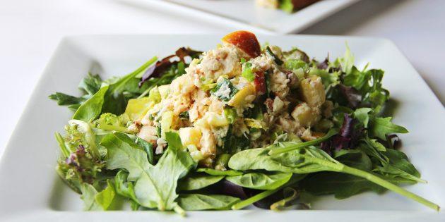 Салат с тунцом, авокадо, яблоком и орехами: простой рецепт
