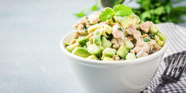 Салат с тунцом, авокадо, огурцом и сельдереем