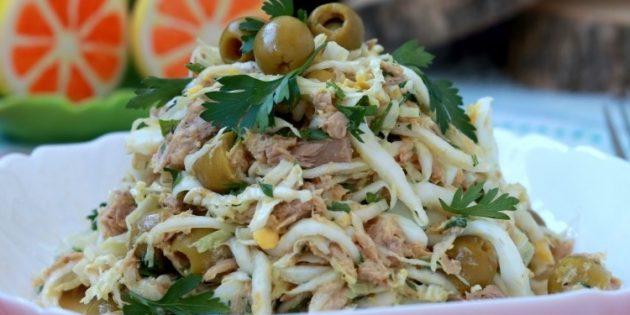 Салат с тунцом, пекинской капустой, яйцами и оливками