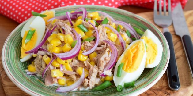 Салат с тунцом, кукурузой и яйцами