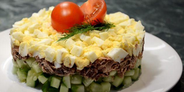 Салат с тунцом, огурцами и яйцами