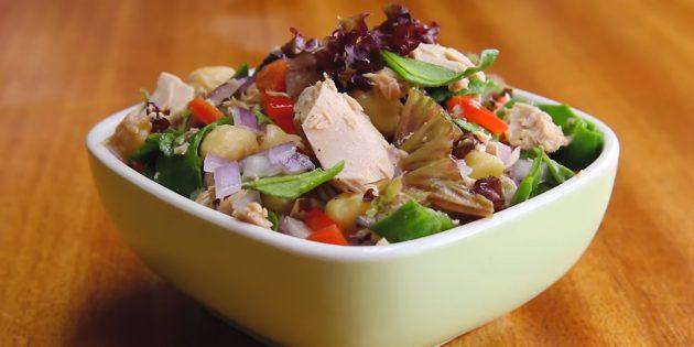 Салат с тунцом, нутом, болгарским перцем и зеленью