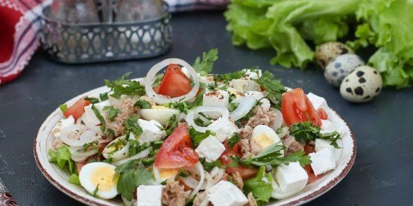 Салат с тунцом, помидором, перепелиными яйцами и фетой