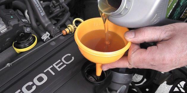 Замена масла в двигателе: Установите воронку в заливную горловину