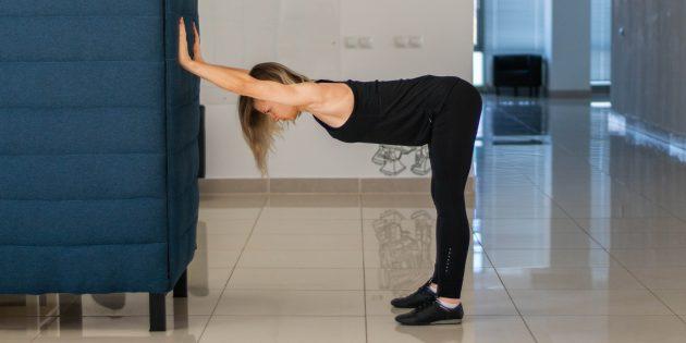 Разминка на работе: Растяжка плеч у стены